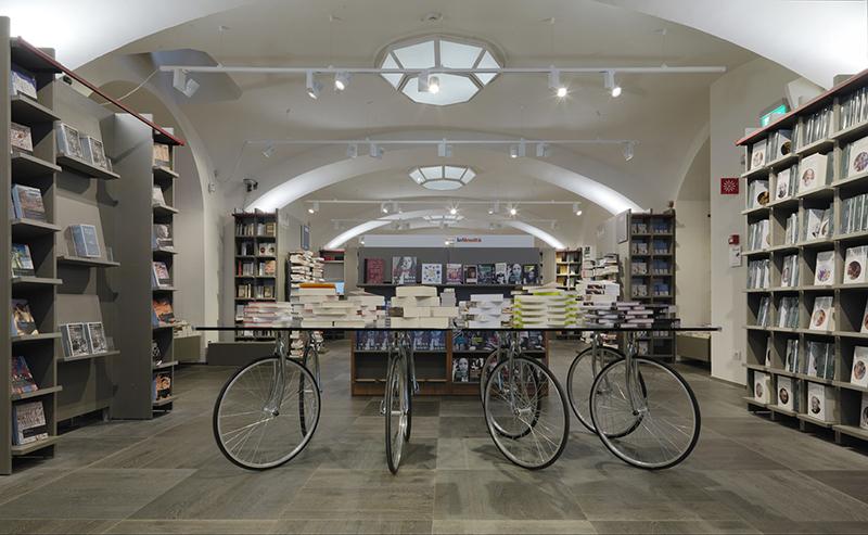 Fontana arte tavolo con ruote di bicicletta tour myareadesign.it